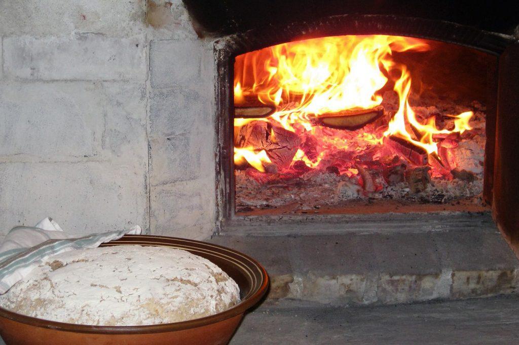Brøddeig framfor steinomnen